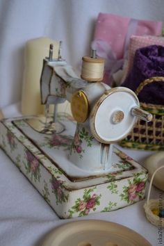 Sewing Toys Sewing Machine [This machine looks like it is ceramic but it could be painted… Sewing Hacks, Sewing Crafts, Sewing Projects, Vintage Sewing Notions, Vintage Sewing Patterns, Sewing Box, Love Sewing, Couture Vintage, Coin Couture