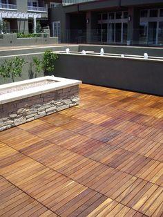 Lames de terrasse en bois et dalles- idées sur les motifs décoratifs