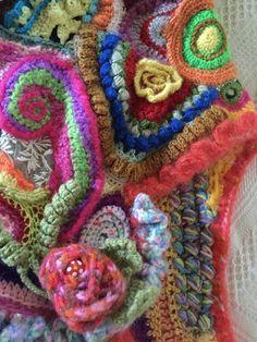 Ce poncho est indescriptible tant il est magnifique. Le free crochet ou free form est appelé technique du crochet en liberté. L'exercice consiste à crocheter en laissant libre - 18968785