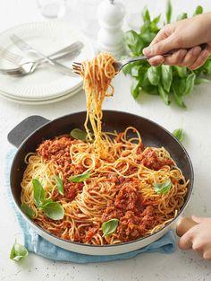 Mamma mia, miten herkullista! Bolognese on koko perheen suosikki sekä kiireisen arjen helpotus. Kevyempi versio valmistuu korvaamalla pasta kesäkurpitsalla. Höylää kesäkurpitsasta ohuita viipaleita juustohöylällä ja leikkaa viipaleet veitsellä ohuiksi suikaleiksi pitkittäin.