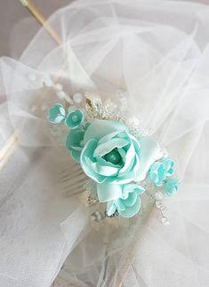 Ce magnifique peigne mariée fait à la main fait avec des éléments en cristal jolie, fabriqués à la main fleurs et verre blanc perles. Compléter la plupart des coiffures de mariage. C'est la parure de mariage parfait pour cette femme qui veut simplement brillent sur son jour de mariage.