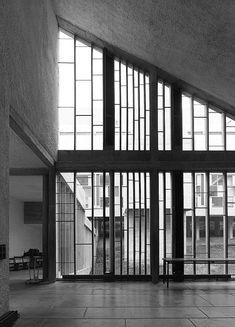 Couvent de la Tourette (1957-60) Le Corbusier. Plan ondulatoire entre l'église et le couvent. Parois vitrées segmentées de meneaux en béton réglés sur les rythmes syncopées des compositions musicales et mathématiques de Iannis Xenakis