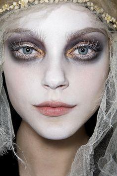 Øyensminke: Bleika bryn, messy sotete øyne med skimmer og glitter