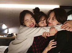 Shared by Jubs. Find images and videos about friends, ulzzang and korean girls on We Heart It - the app to get lost in what you love. Korean Best Friends, 3 Best Friends, Cute Friends, Friends Forever, Find Friends, Best Friend Pictures, Bff Pictures, Friend Photos, Korean Couple