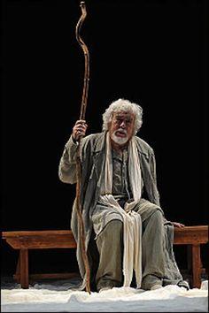 O italiano Glauco Mauri, também diretor da peça, como o homem que fala sobre Jesus