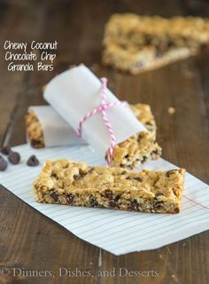 Chewy Coconut Chocolate Chip Granola Bars - chewy granola bars with coconut and chocolate chips. Super easy to make, and great to have one hand for snacks, lunches or even breakfasts! Sub GF flour and oats Healthy Treats, Healthy Desserts, Delicious Desserts, Yummy Food, Tasty, Chocolate Chip Granola Bars, Chewy Granola Bars, Chocolate Chips, Muesli Bars