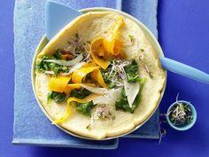 Omelett mit Blattspinat und Sprossen: Das luftige Omelett mit buntem Gemüsebelag strotzt nur so vor Vitaminen, Mineralstoffen und Spurenelementen.