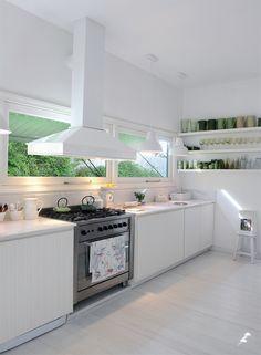 El blanco puro (ascético, impecable) toma autonomía en la cocina, donde aparece como un estilo en sí mismo más que como una viarable de color.