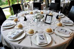 Mesa para invitados. #Boda en blanco y negros. 'El Bosque'. http://www.casasetien.com/eventos/pabellon-el-bosque.aspx#ad-image-0