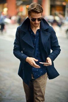 Acheter la tenue sur Lookastic: https://lookastic.fr/mode-homme/tenues/caban-bleu-marine-bleu-marine-pantalon-chino-brun-clair/645 — Caban bleu marine — Chemise à manches longues bleu marine — Pantalon chino brun clair