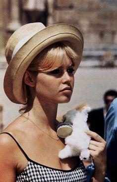♥ Pinterest : Mutine Lolita ♥ Brigitte Bardot #BB sublime avec son chapeau d'été! #sttropez