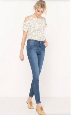 White cold shoulder blouse+high-rise skinny jeans+camel Oxford shoes. Spring Casual Outfit 2017