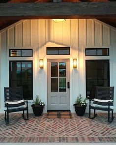 Do you love Farmhouse Exterior Design? Do you want to change the look of your home to become a Modern Farmhouse Exterior? Home exterior is the first thing that will be seen by others, so make your home's exterior become… Continue Reading → Building A Porch, Metal Building Homes, Building A House, Metal Barn Homes, Modern Farmhouse Exterior, Farmhouse Style, Farmhouse Front, Farmhouse Design, Farmhouse Decor