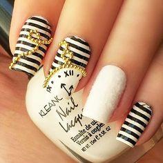 Часы на полосатых ногтях