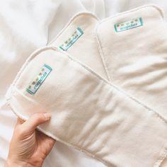 Los absorbentes de bambú reutilizables son indispensables para el buen uso del pañal reutilizable porque es lo que va permitir absorber la orina de bebé. Los absorbentes de bambú son lavables. Hechos con 4 capas de fibra de bambú (biodegradables y compostables). Absorber, Packaging, Fiber, Cape Clothing, Sustainability, Facts, Bebe, Wrapping
