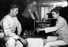 Дэвид Боуи и Катрин Денев играют в шахматы во время перерыва на съемках фильма Голод, 1982 год (650×452)