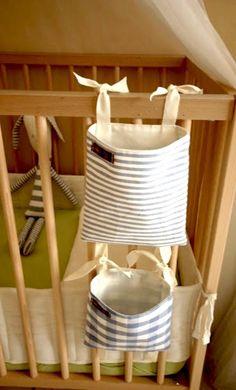 Barre unas lindas bolsas para colgar para que siempre tengas un chupete adicional al alcance.