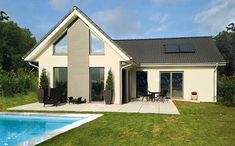 Moderner Winkelbungalow mit Satteldach und Pool. #HAACKEHAUS #house #home Bungalows, Haacke Haus, Pool Houses, Modern, Outdoor Decor, Home Decor, Pictures, Patio, Lawn And Garden