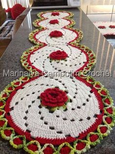 This Pin was discovered by Om - Salvabrani Crochet Table Runner, Crochet Tablecloth, Crochet Doilies, Crochet Kitchen, Crochet Home, Crochet Flower Patterns, Crochet Flowers, Thread Crochet, Knit Crochet