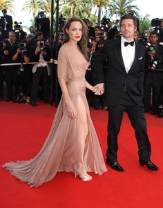 Pin for Later: We Cannes Not Wait: Retour Sur les Plus Beaux Looks du Festival du Film le Plus Mode  Pour l'avant première du film Inglorious Basterds en 2009, Angelina Jolie a opté pour une robe couleur nude signée Atelier Versace.