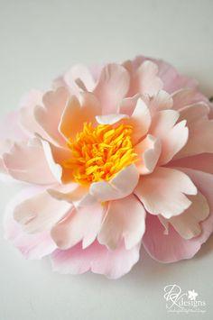 Love this polymer clay hair flower. Paper Flowers Diy, Sugar Flowers, Handmade Flowers, Felt Flowers, Flower Crafts, Flowers In Hair, Flower Art, Polymer Clay Flowers, Ceramic Flowers