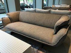SOLDES -20%   Oeuvre de Patricia Urquiola, le canapé Beam Sofa system dans sa version large 2 places est unique en son genre. Soutenu par une poutre en acier noir servant de base, l'assise en tissu épouse parfaitement les formes de votre corps pour le plus grand des conforts ✨ Caractéristiques : - Tissu Morandini Nero/Beige - Dimensions L250 P96 H79 - Prix 5990€ TTC / Après remise 4790€ TTC  #soldes #design #interior #interiordesign #patriciaurquiola #designer #canape #nice