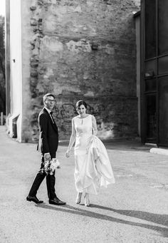 Old Montreal Wedding Photography by Montreal Wedding Photographer Anthony J. Old Montreal, Wedding Photography, Statue, Wedding Photos, Wedding Pictures, Sculpture, Sculptures, Bridal Photography, Wedding Poses