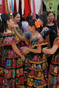 Chiapanecas, Mexico ~ this is a mestizo girls' dance from the Mexican state of Chiapas.  Photo: Ilhuicamina, via Flickr