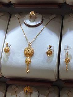 Flower Jewellery For Mehndi, Fancy Jewellery, Gold Rings Jewelry, Gold Jewellery Design, Jewelry Sets, Indian Wedding Jewelry, Bridal Jewelry, Hyderabadi Jewelry, Bridal Jewellery Inspiration