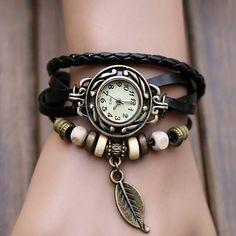 Pulsera de cuero negro con dijes y reloj