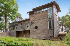 Moderna casa de madera junto al lago