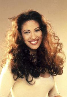 Ella era Selena Quintanilla-Perez. Ella nacia 16 de Abril de 1971. Ella muerta 31 de marzo de 1995. Ella tengo vienticuatro anos.