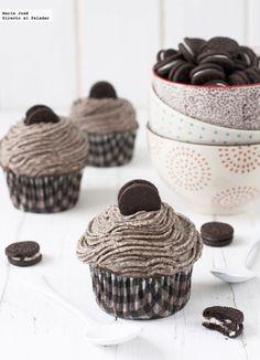 Receta de cupcakes de Oreo. Fotografías con el paso a paso del proceso de elaboración. Fotografía con sugerencia de presentación. Receta de postres. Cupcakes