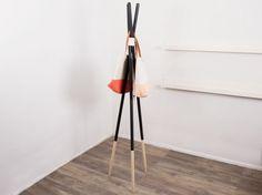Tutoriale DIY: Cómo hacer un perchero minimalista vía DaWanda.com Diy Interior, Interior Decorating, Interior Design, Diy Rack, Deco Originale, Diy Tutorial, Accent Decor, Living Spaces, Sweet Home