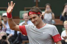 全仏オープンテニス(French Open 2014)、男子シングルス1回戦。歓声に応えるロジャー・フェデラー(Roger Federer、2014年5月25日撮影)。(c)AFP=時事/AFPBB News