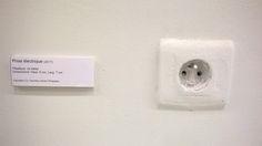 """@LouisWitter : """" Un rigolo à Pompidou s'est amusé à poser des cartels près des équipements 😂"""" Centre Pompidou, Oeuvre D'art, Les Oeuvres, Place Card Holders, Cards Against Humanity, Twitter, The Visitors, Humor"""