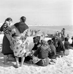 Cenas da Vida Piscatória. Póvoa de Varzim, décadas de 50/60. Portugal, Nostalgic Pictures, The Past, Villa, Country, Couple Photos, People, Terra, Photography