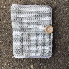 Have crochet hooks laying around everywhere? Keep them all together with this SIMPLE FREE pattern by Crochet It Creations. Crochet Book Cover, Crochet Hook Case, Crochet Books, Basic Crochet Stitches, Crochet Patterns, Ikea Craft Room, Makeup Brush Case, Free Crochet, Ravelry Crochet