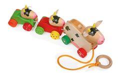 Kleine koeienfamilie om achter je aan te trekken. De mammakoe zegt boe, als er boven op de houten stift wordt gedrukt!