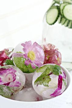 This is the BEST recipe for for spring or summer -- my friends were dazzled when I served this alongside the party food at our garden party. This can be kid-friendly or use with cocktail drinks. Flower Ice Cubes, Flavored Ice Cubes, Summer Drinks, Cocktail Drinks, Craft Cocktails, Ice Ice Baby, Edible Flowers, Summer Crafts, Tea Party