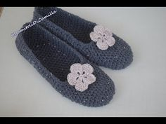 Crochet women& slippers - In this tutorial I will explain how to make simple crochet slippers. Size They are super cute an - My Picot, Diamond Shoes, Knitted Slippers, Crochet Woman, Womens Slippers, Ladies Slippers, Easy Crochet, Baby Shoes, Coin Purse