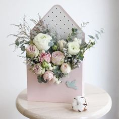 26 trendy Ideas for flowers box arrangements floral design Beautiful Flower Arrangements, Wedding Flower Arrangements, Floral Arrangements, Beautiful Flowers, Flower Box Gift, Flower Boxes, Flowers In A Box, Purple Bouquets, Floral Bouquets