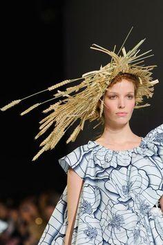 Le pire des défilés Haute Couture: le chapeau épis de blé Viktor & Rolf