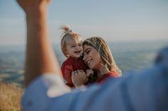 Muito amor envolvido entre mãe e filha que brincam, sorriem, com lindos vestidos vermelhos iguais neste ensaio no Topo do Mundo em Minas Gerais.  #ensaiodefamilia #familylove #familyportrait