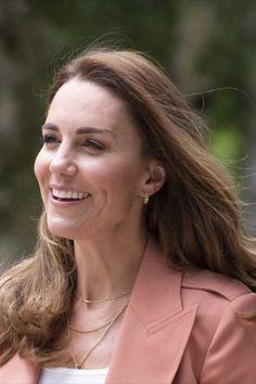 Changement de style pour Kate Middleton ! Le 22 juin 2021, lors d'une visite officielle au musée d'histoire naturelle de Londres, elle a troqué ses robes et ses escarpins contre un jean, une très chic veste de blazer Chloé et une paire de baskets green, Veja. Looks Kate Middleton, Officiel, Jeans, Baskets, Royalty, Blazer, Chic, Elegant, Style