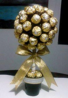 Topiario Ferrero Rocher realizado por mí para entregar para el Día de la Madre. Realizado con 60 chocolates. QUEDÓ HERMOSO!