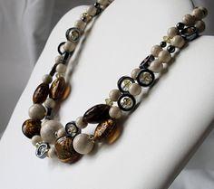 Le collier double rangs fait de pierres et par Mlle Fleur