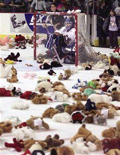 I love how the goalie is like hiding in the cage, protecting himself from the teddies haha- Calgary Hitmen - Teddy Bear Toss Caps Hockey, Hockey Goalie, Hockey Mom, Hockey Players, Nottingham Panthers, La Kings Hockey, Hershey Bears, Canadian Things, Gymnastics Training