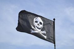 Le Jolly Roger, ce drapeau pirate connu de tous, est l'un des symbole de la piraterie. Il était orné de symboles choisit par le capitaine du bateau, qui faisait ainsi passer un message: les crânes et les tibias était des symboles macabres, mais on pouvait retrouver des sabliers, se rapportant au temps qui passe, ou encore des cœurs, des gouttes de sang ou des inscriptions…