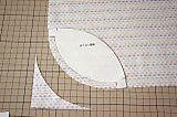 型紙をひっくり返します。型紙の端を布端にあわせると、1cmの隙間があきます。その部分が縫い代になるので、曲線縫いに自信がないときは、線をひきます。